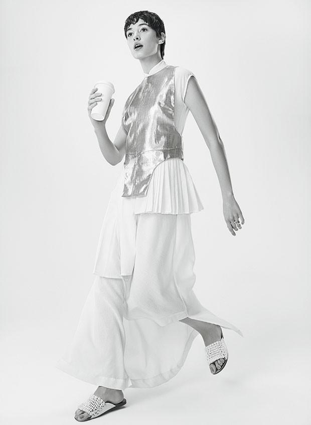 Colete Animale, R$ 668. Vestido Marco Normando, R$ 1.260. Anéis Kate Moss para Ara Vartanian, a partir de R$ 5.800. Sandálias Cris Barros, R$ 998 (Foto: Rodrigo Bueno (SD MGMT))