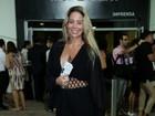 Danielle Winits abusa de decote em show de Lionel Richie