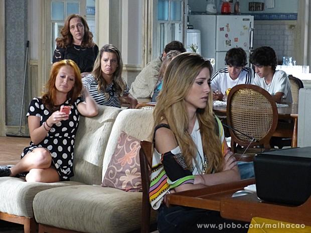 Sofia em choque com a notícia na internet  (Foto: Malhação / TV Globo)