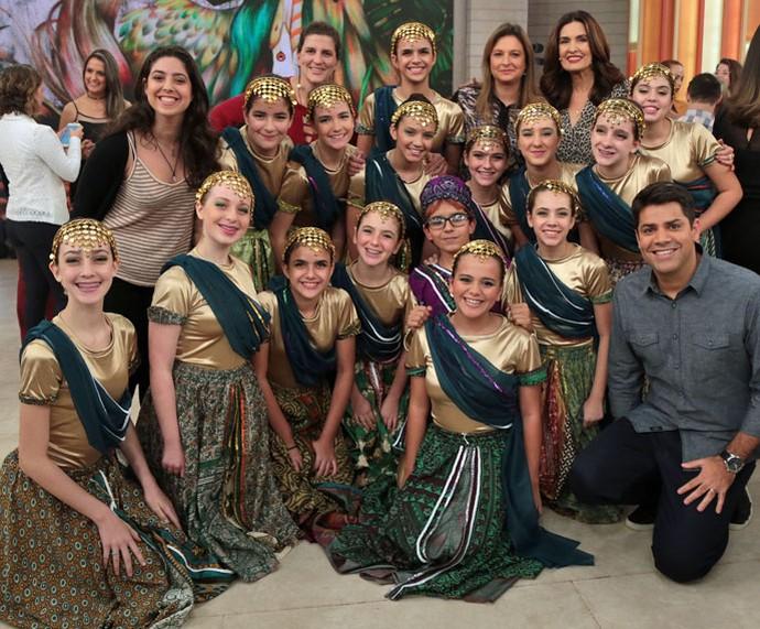 A apresentadora e o Lair Rennó com as meninas que se apresentaram no palco (Foto: Isabella Pinheiro/Gshow)