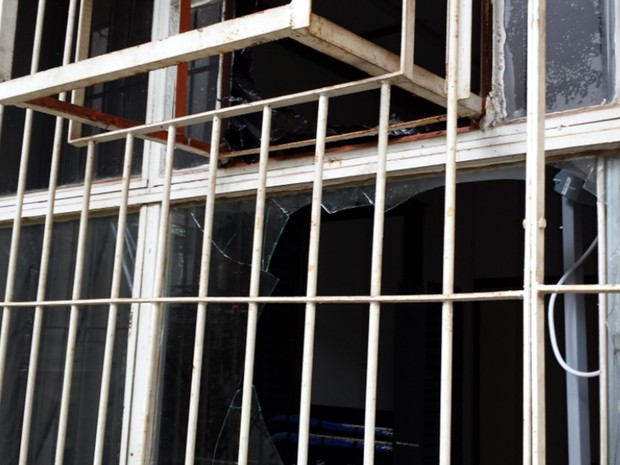 Vidraça quebrada no prédio da reitoria da Unicamp em Campinas  (Foto: Marcello Carvalho/G1)