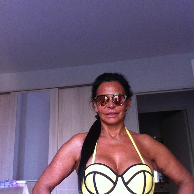 EGO - De biquíni, Gretchen exibe tatuagem de borboleta no umbigo ... 05bb370f10
