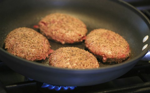Hambúrguer caseiro de carne com cenoura