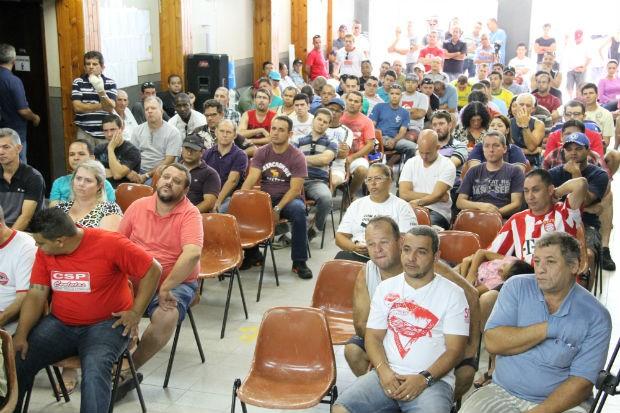 Demitidos da GM de São José durante assembleia na manhã desta sexta-feira (17) (Foto: Carlos Santos/G1)