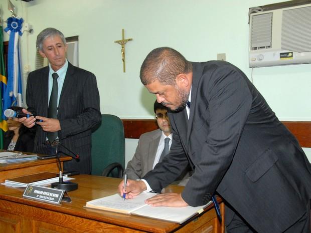 Prefeito foi empossado durante sessão solene na Câmara Municipal (Foto: Adilson Ribeiro/ Ascom)