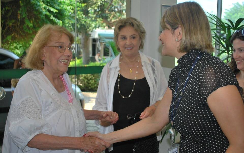 Vida Alves e Eva Vilva sendo recepcionadas pela gerente de marketing, Tina Serafim (Foto: Onofre Martins/Rede AM)