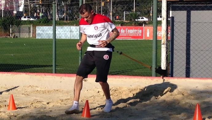 D'Alessandro treina na caixa de areia (Foto: Eduardo Deconto/GloboEsporte.com)