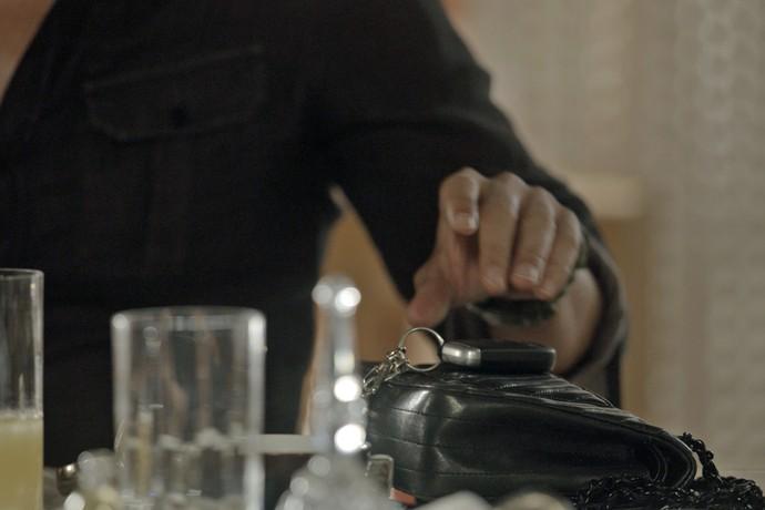 Noivo de Helô pega a chave da madrasta (Foto: TV Globo)