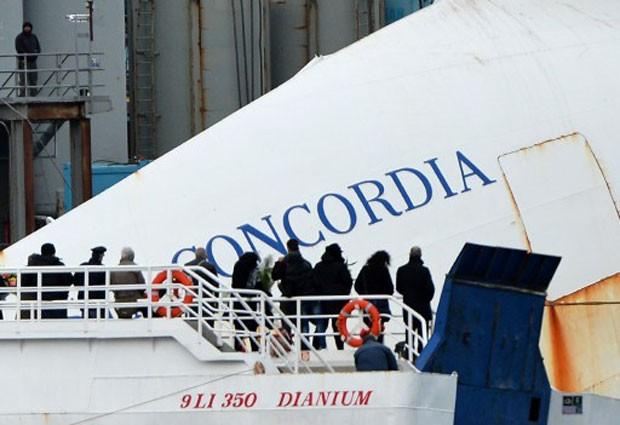 Moradores e trabalhadores realizaram homenagens aos mortos do naufrágio do transatlântico Costa Concordia, na Itália (Foto: Alberto Pizzoli/AFP)