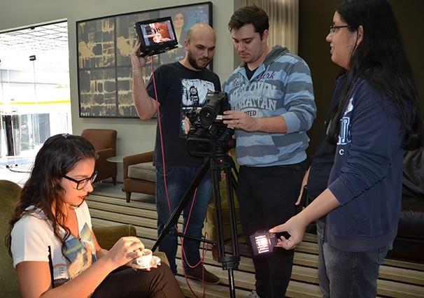 Luiz Fernando à esquerda, Ricardo ao centro e Vanessa à direita, conferem os detalhes da produção (Foto: Marketing TV Fronteira)