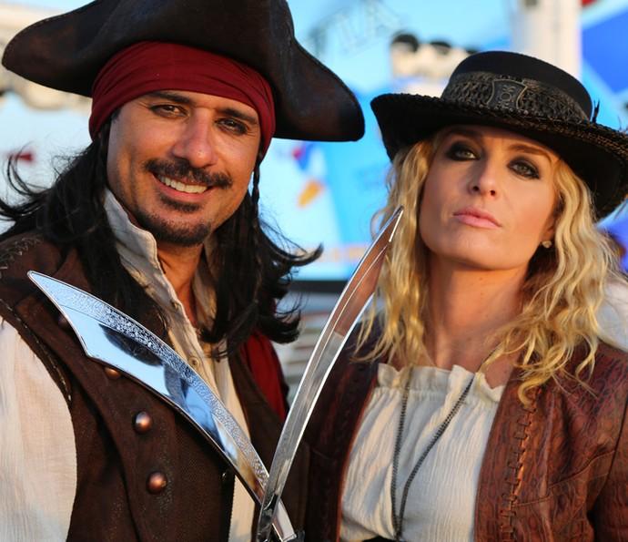 Marcos Pasquim e Angélica posam como piratas (Foto: Thiago Fontolan / Gshow)