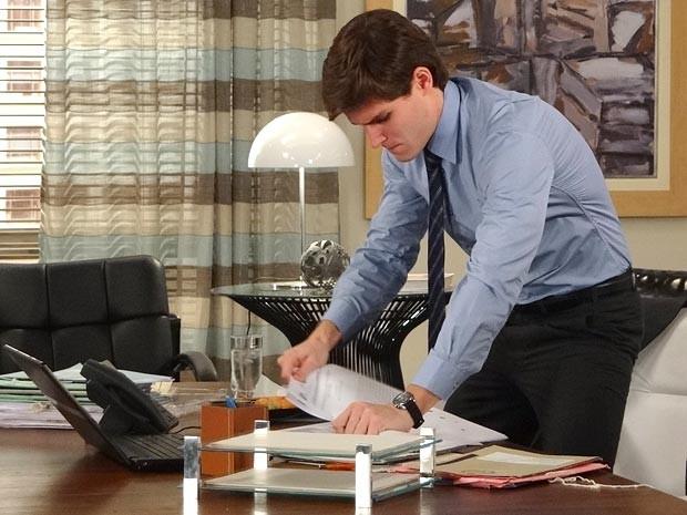 Quanta responsabilidade! Depois de derramar molho sobre os processos, Conrado arranca as páginas sujas fora (Foto: Cheias de Charme / TV Globo)