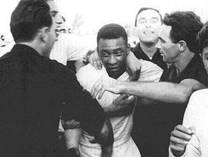 """Pelé após derrota para o Colón no """"Cemitério dos elefantes"""" (Foto: Reprodução/Cartasesfericas.ar)"""