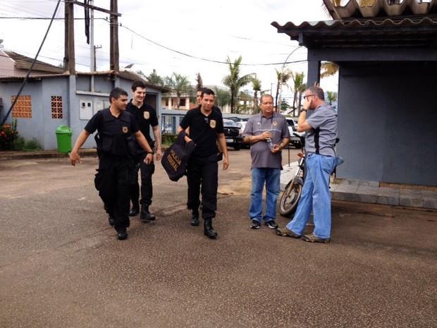 Agentes da PF cumprem mandados em Porto Velho, durante Operação Cardeal (Foto: Hosana Morais/ G1)