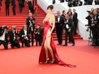 Bella Hadid usa vestido com fenda gigantesca no Festival de Cannes