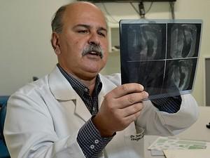 Cardiologista José Carone acompanha o paciente que tem coração do lado direito do peito no Espírito Santo (Foto: Juirana Nobres/ G1)