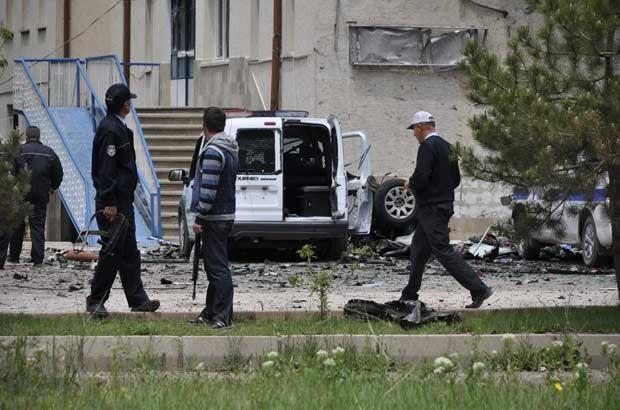 Policiais no local do ataque em Kayseri, Turquia, nesta sexta-feira (25) (Foto: AFP)