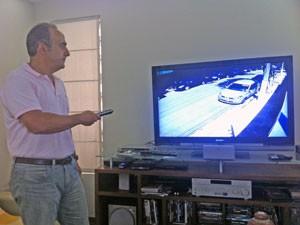 Mansour também observa as imagens das câmeras de vigilância pelo monitor da residência (Foto: Tatiana Santiago/G1)