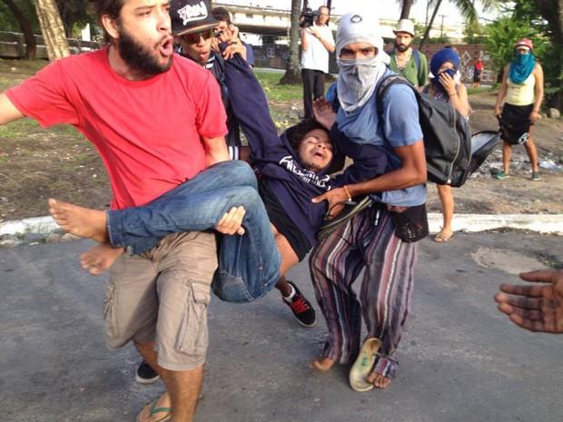 Manifestantes socorrem integrante de ocupação  (Foto: Mônica Silveira/TV Globo)