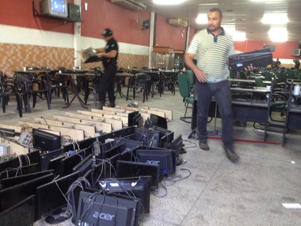 Cassinos funcionavam de forma ilegal; seis pessoas foram detidas (Foto: Ellyo Teixeira/G1)