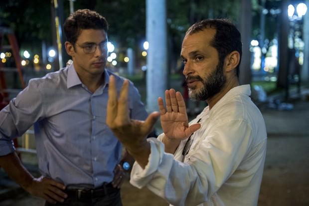 Cauã Reymond sendo orientado pelo diretor de Justiça, José Villamarim (Foto: Globo / Estevam Avellar)