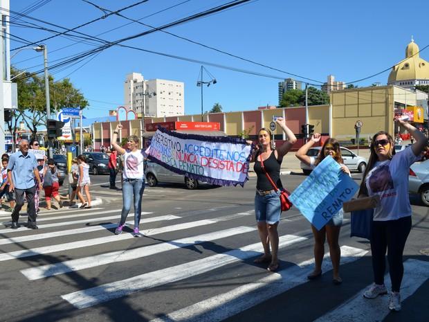 Pedágio solidário em São Carlos arrecadou dinheiro para tratamento de jovem de 17 anos com linfoma (Foto: Aline Ferrarezi/G1)