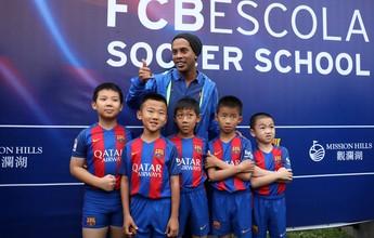 Com o embaixador Ronaldinho, Barça abre escola de futebol na China
