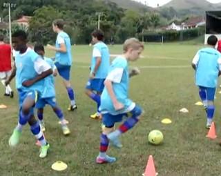 Meninos estrangeiras aprendem futebol em Rio das Flores (Foto: Reprodução Rio Sul Revista)