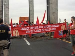 Manifestantes levaram cartazes e bandeiras para protesto (Foto: Divulgação/PRF)