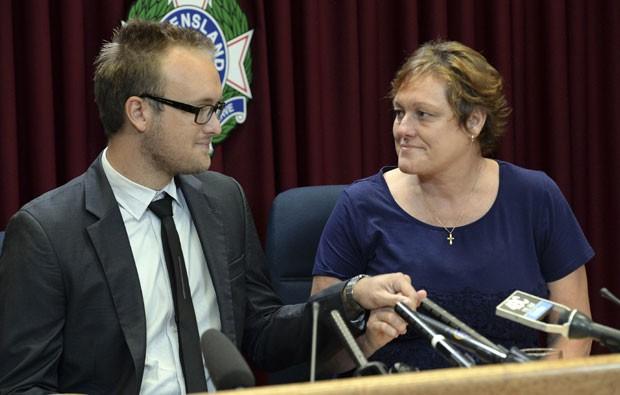 Kaylene Mann e Jayden Burrows, em foto de 25 de março, falam sobre a perda de Rod Burrows, seu irmão e pai, respectivamente, que estava no voo MH370 que desapareceu em março. Eles também têm ligação com um casal que estava no voo MH17 que caiu na Ucrânia  (Foto: AAP, Dan Peled/AP)