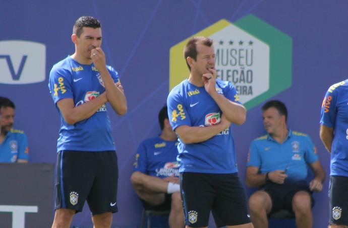 Dunga e Lúcio acompanham treino da Seleção (Foto: Diego Guichard)
