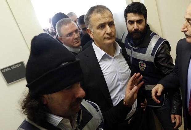 Ekrem Dumanli (centro), editor-chefe do jornal 'Zaman', é levado pela polícia neste domingo (14) (Foto:  Reuters/Murad Sezer)