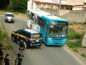 Ônibus roubado foi encontrado em Serra Dourada I (Foto: Divulgação/PRF)
