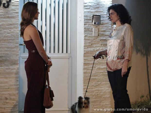 Vizinha mente para Paloma dizendo que Mariah viajou (Foto: Amor à Vida / TV Globo)