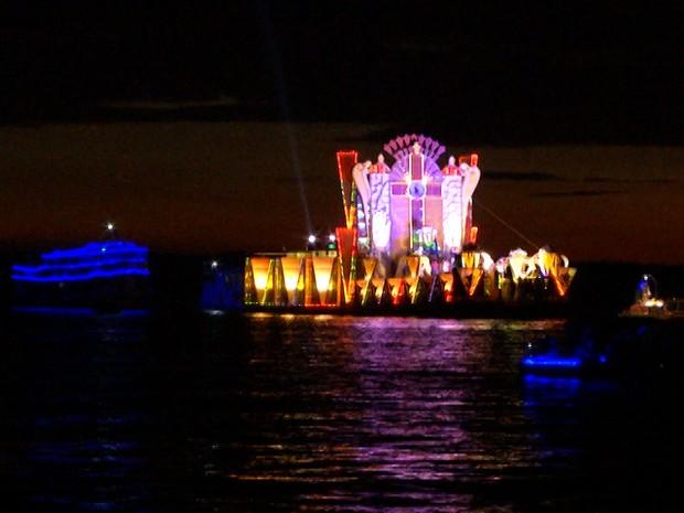 Centenas de fiéis acompanham a procissão em embarcações enfeitadas (Foto: Reprodução/TV Tapajós)