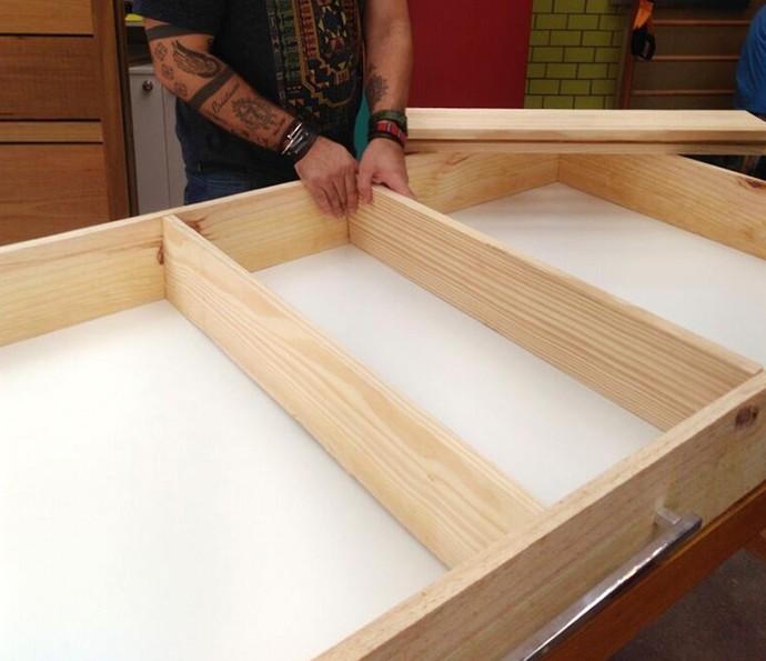 Posicione as 4 prateleiras na altura que você quer e fixe-as com 2 parafusos de cada lado (Foto: Roberta Simoni / TV Globo)