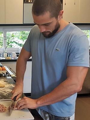Semelhança com o personagem! O ator sempre posta fotos cozinhando (Foto: Arquivo Pessoal)