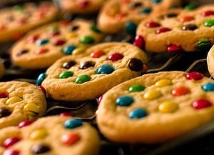 Aprenda a fazer cookies coloridos para o Dia dos Namorados (Foto: Divulgação)