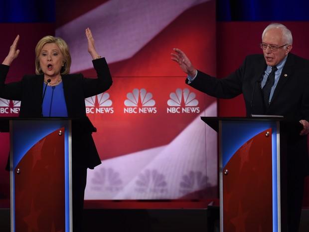 A ex-secretária de Estado Hillary Clinton e o senador Bernie Sandersx protagonizaram no domingo (17) à noite uma longa discussão no quarto debate entre os pré-candidatos à presidência do Partido Democrata para as eleições de novembro nos Estados Unidos (Foto: TIMOTHY A. CLARY/AFP)