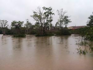 Rio Camboriú transbordou em alguns pontos (Foto: Luiz Souza/RBS TV)
