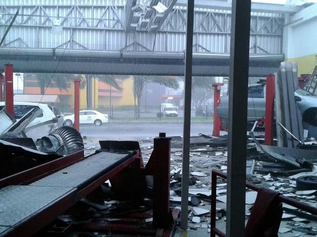Loja de pneus ficou destelhada em Joinville (Foto: Defesa Civil/Divulgação')