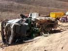 Motorista perde o freio e capota caminhão em Araçariguama