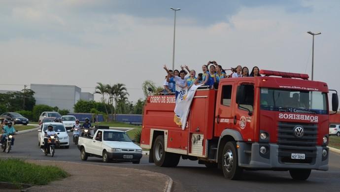Equipe feminina de vôlei de Rondônia é recebida com carreta em Vilhena (Foto: Lauane Sena)