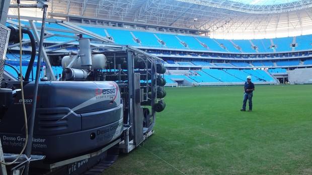 Gramado da Arena recebe costura à prova de carrinhos (Foto: Hector Werlang/Globoesporte.com)