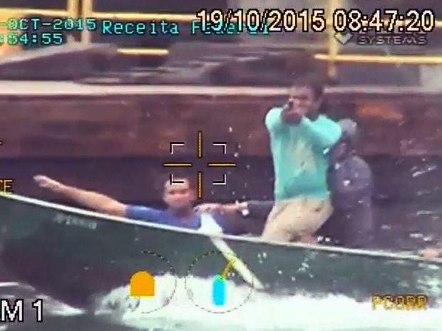 Suspeito efetuou dois disparos contra embarcação da Receita Federal (Foto: Reprodução / TV Tribuna)