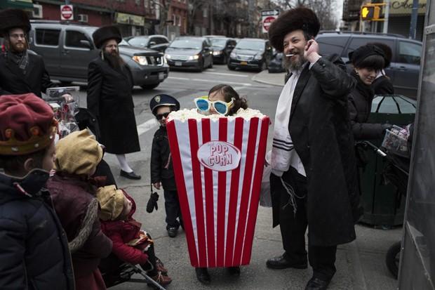 Menina vestida de pipoca desfila durante festival judaico em Nova York (Foto: Andrew Kelly/Reuters)