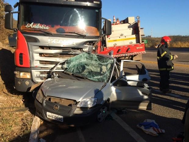 Um carro e um caminhão bateram de frente perto de Caeté (Foto: Corpo de Bombeiros de Minas Gerais/Divulgação)