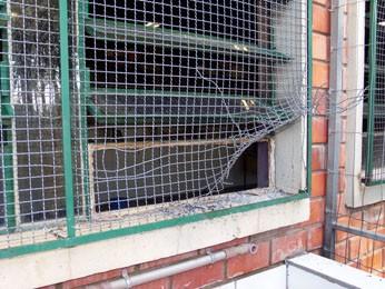 Material inflamável pode ter sido arremessado através de janela (Foto: João Laud/RBS TV)