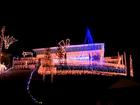 Eletricista recicla lâmpadas e enfeita  casa com 20 mil luzes de Natal em SC