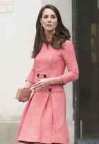 Kate Middleton aposta em look retrô dos anos 1950 avaliado em R$ 5 mil